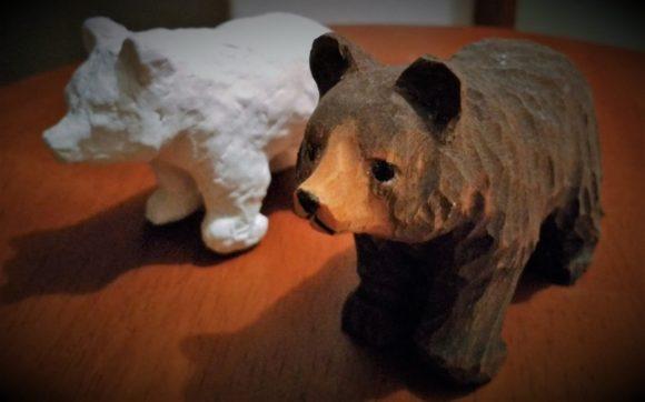 ニセコの森で買ったクマ。後ろ浜に粘土で模造してみた。