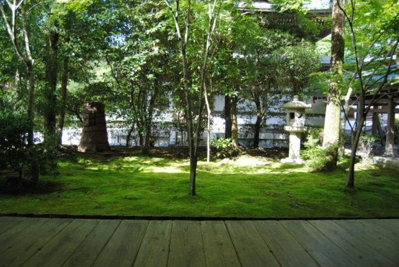 石庭に向かって、右側にある庭園の方が静かで落ち着く。