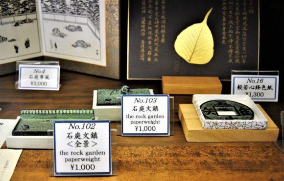 ペーパーウェイトは海外の方に喜ばれそう。値段も手の届く範囲。