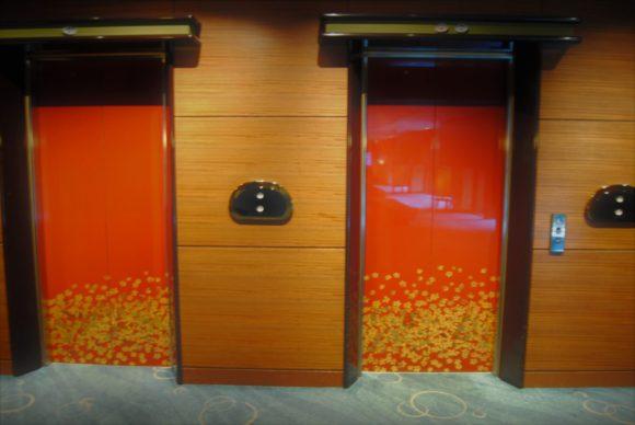 エレベーターは<strong>3台</strong>あります(画像では2台)。