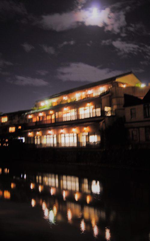 月明かりと桂川に写る光が綺麗です。