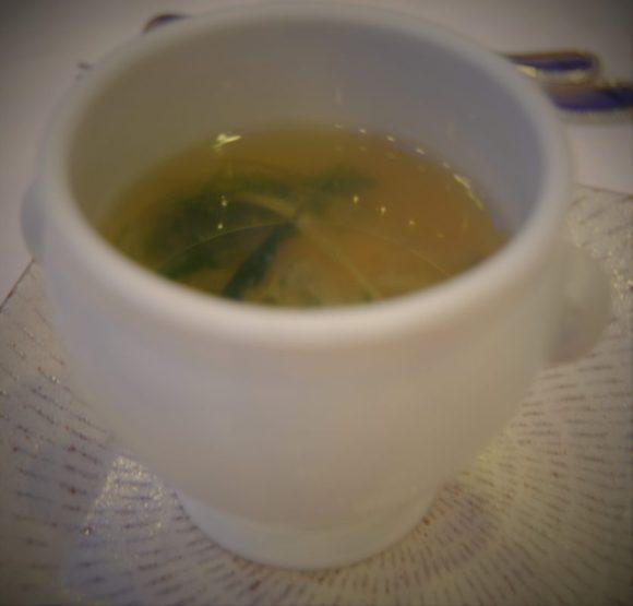 海老と小柱を浮かべた九条葱と青さ海苔のスープ