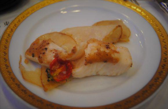 レモン風味の醤油バターと共に焼いたスズキの包紙焼き