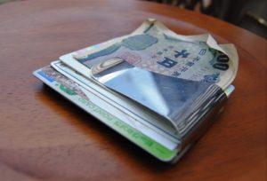 お札を束ねる側にもカードは収納できますが、会計時に取り出しづらいかも。