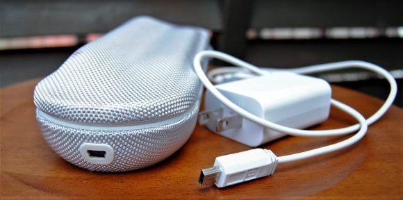 USB充電アダプタで充電できます。