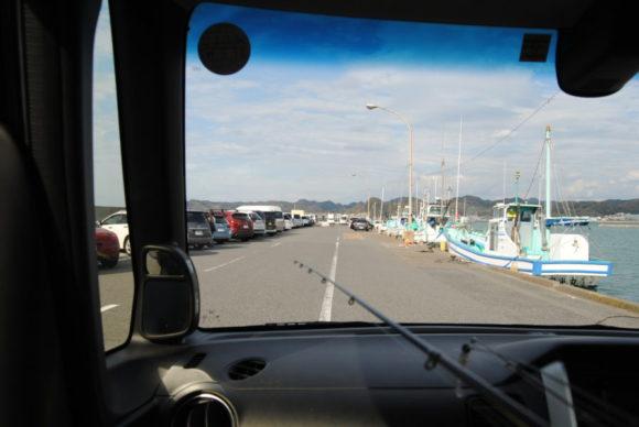 釣り人の車が数十台駐車されてます。車を漁船に横付けするのはマナー違反なのでやめましょうね。