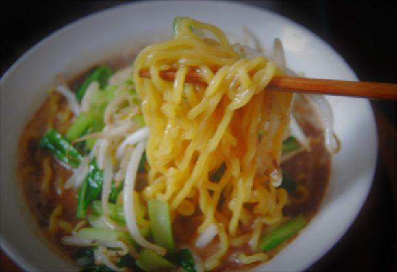 黄色い小麦のちぢれ麺にスープがよく絡みます。よだれが止まりません!