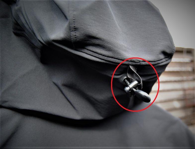 フードの後頭部にある調節ポッチは、締め付けることによって風の抵抗を受けにくくします。