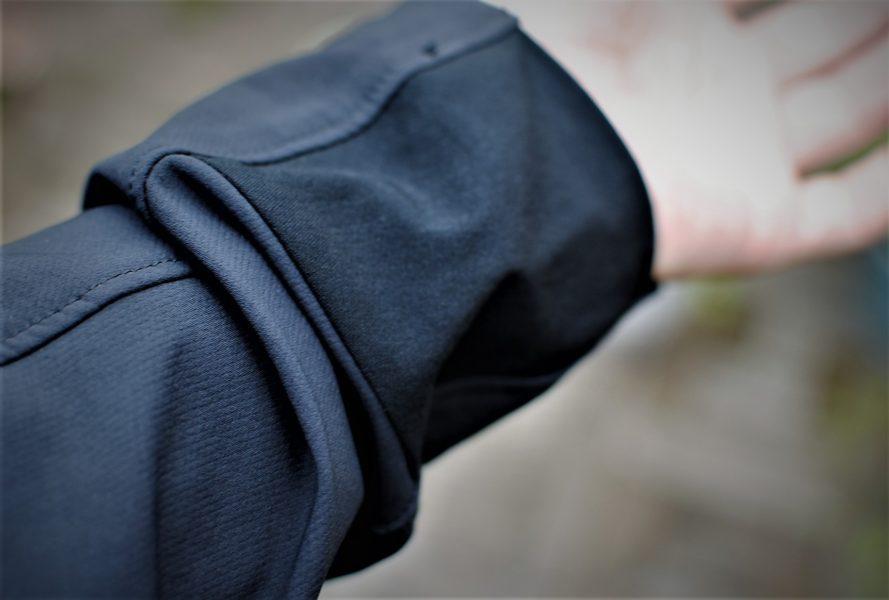 手首部分は異なる素材を使用しているので、多少ストレッチ性はあります。