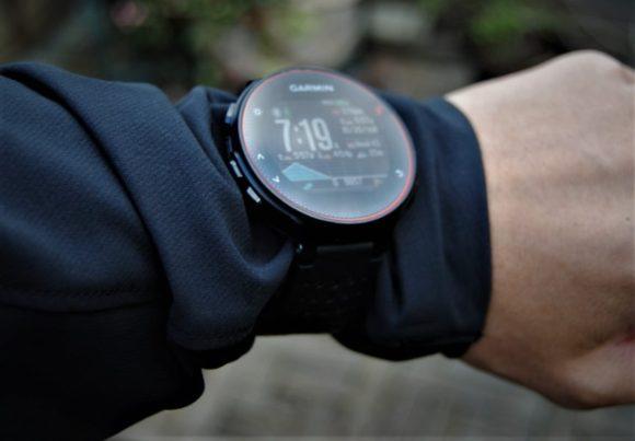 ガーミンやG-ショックなど、いかつい時計はジャケットの上から装着した方がいいです。
