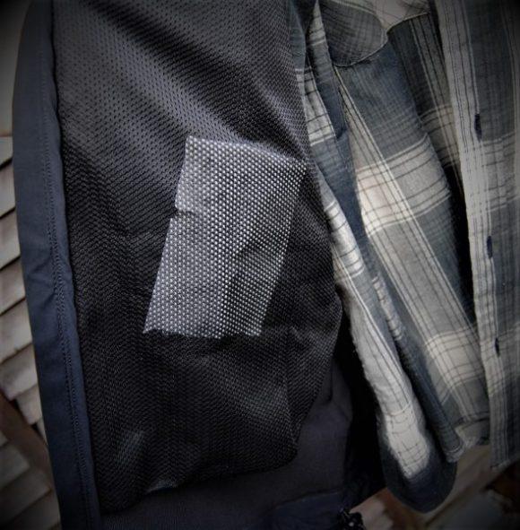 ジャケットの外側ポケットの裏面。メッシュになってます(分かりやすいようにレシート入れてます)。