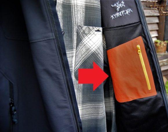 内ポケットはなぜかオレンジ色。カードや定期入れ、ポケットティッシュなど入ります。