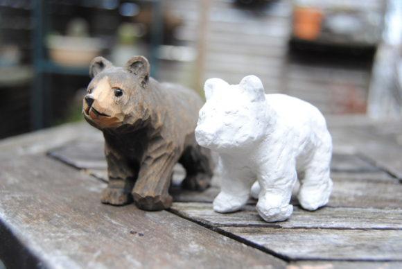 左:ニセコのお土産屋で買った熊。右:僕が紙粘土で模造。