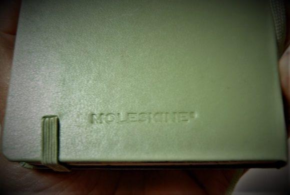 裏表紙にある「MOLESKINE」マーク。伝統を感じるフォントです。