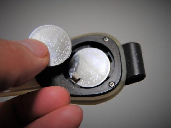 リチウムボタン電池CR2032が2個。