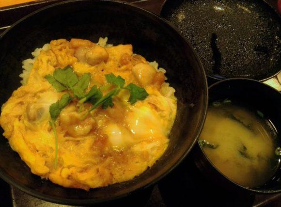 こちらは親子丼(890円)。味は普通(^^)