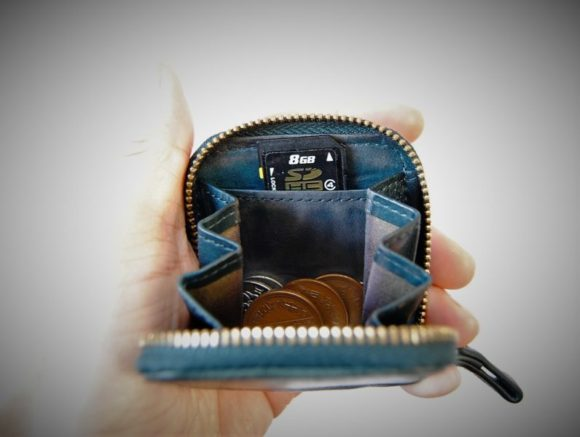 先ほどの内部ポケットにSDHCカードを入れた様子。薄いものしか入りそうにないので、使用頻度は高くないかも。
