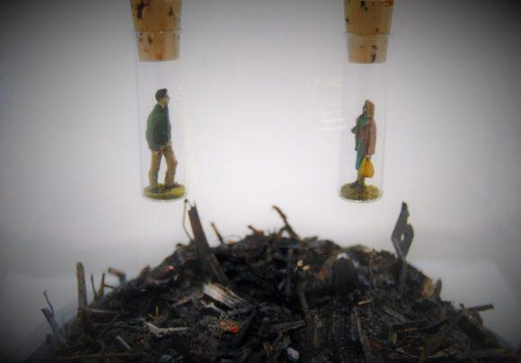 2人の男女が別々の空間に隔離されているような作品。下の廃棄物はトーマスさんの庭で採取したようです。