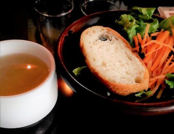 コンソメスープとサラダ