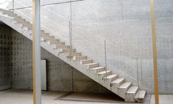 ギャラリー内から階段を撮影