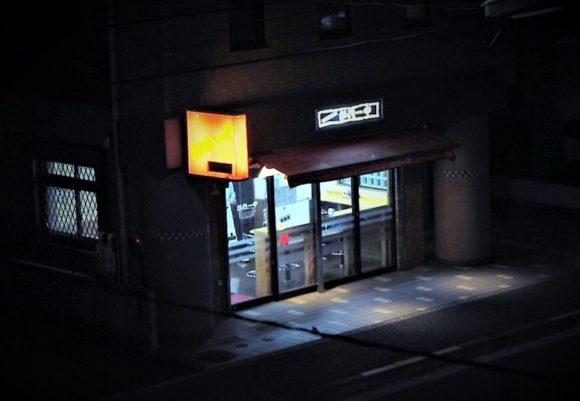 夜のかれーや(19時まで営業)。商品が無くなったときは早めに店を閉めてしまうこともあります。