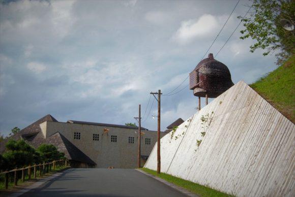 坂のカーブを曲がると、美術館が見えてきます。右側には不思議な建物が…