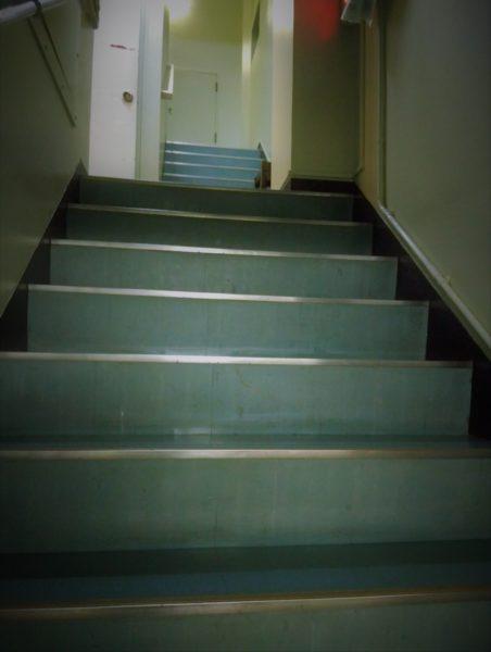 ブルーの階段をコツコツ2階へ上がります。