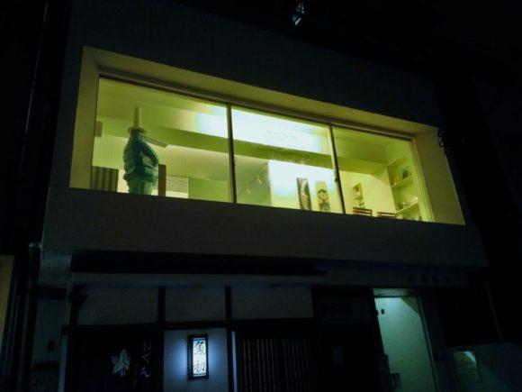 岸田ビルの2階にあります。