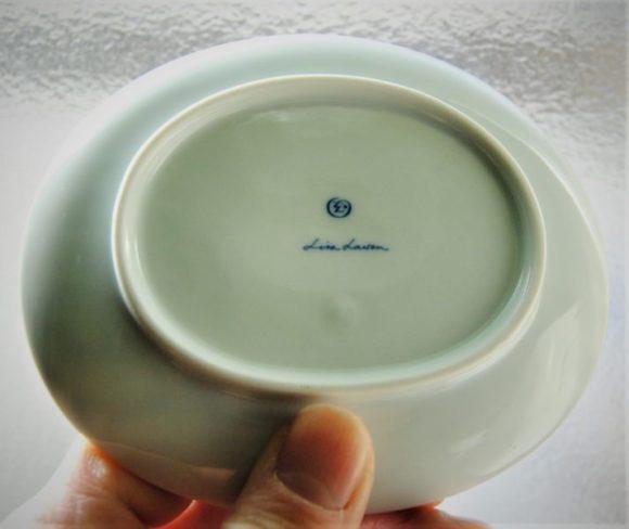 豆皿の裏はリサラーソンの優しい筆記体のサインが記載。