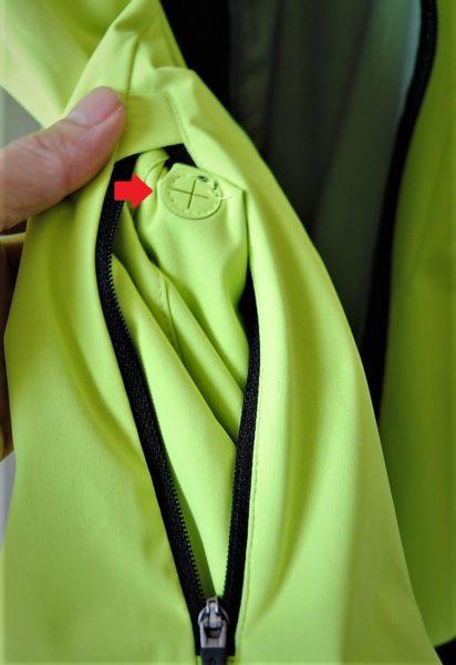 ジャケット表側左ポケット内にはイヤホンケーブル用の穴があります。