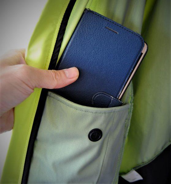 内ポケットはスマホ(僕はゼンフォン3)がすっぽり入ります。走る際は邪魔だけどね。