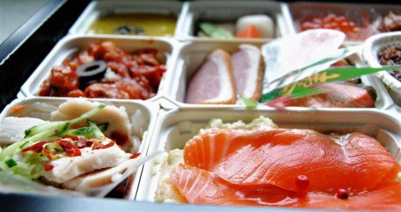 手前右は「スモークサーモンと北海道産芋のポテトサラダ」。