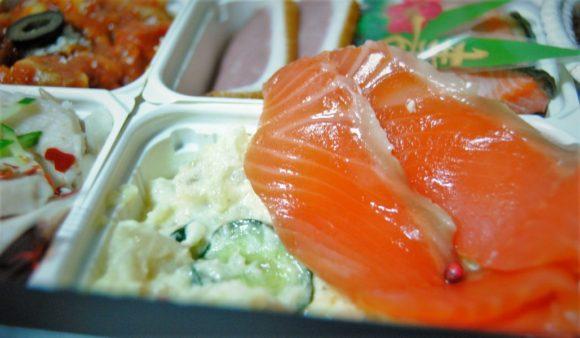 赤い丸の粒(ピンクペッパー(ポワブルローゼ))がサラダに入っていて本格的な味です。