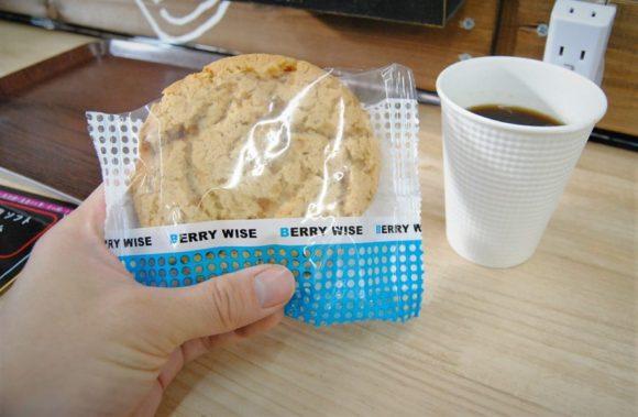 手のひらサイズのクッキー。シナシナしてました。そういう商品なのかな?