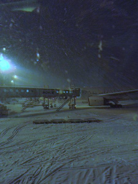 千歳空港はずっと雪。