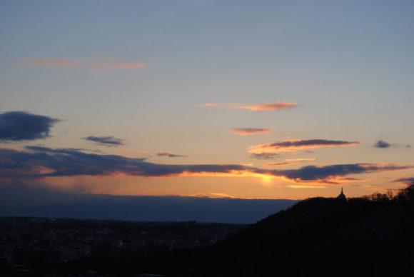 7:16 朝日が雲に反射していますが、太陽は雲に隠れています。