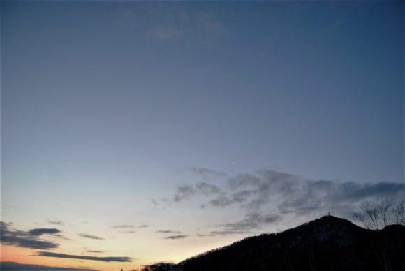 藻岩山上空には月が凛と浮かんでいます。