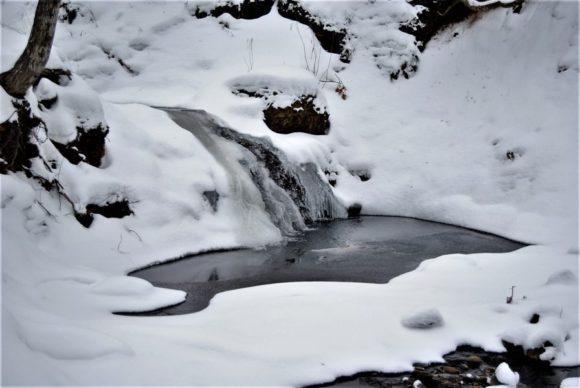 滝も凍るほど寒い。