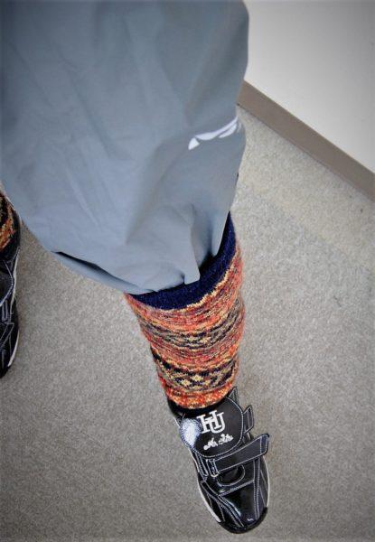 ゴアテックスのパンツの裾はレッグウォーマーでとめます。