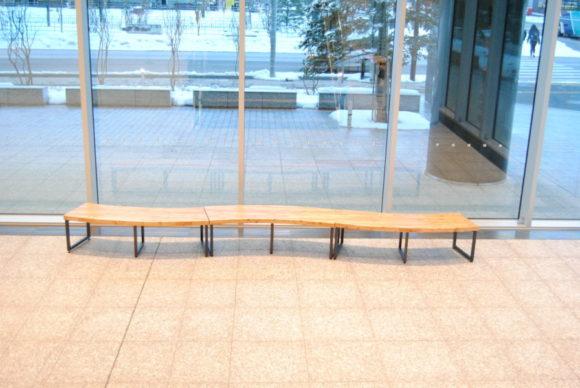 創成川の流れをイメージした流線的なベンチかな?