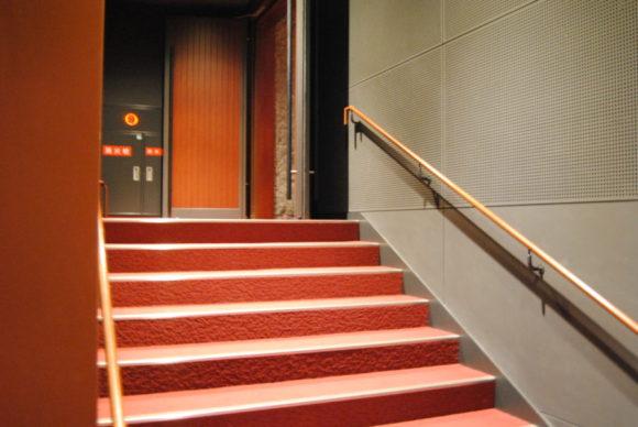 1階席の前方から入ります。