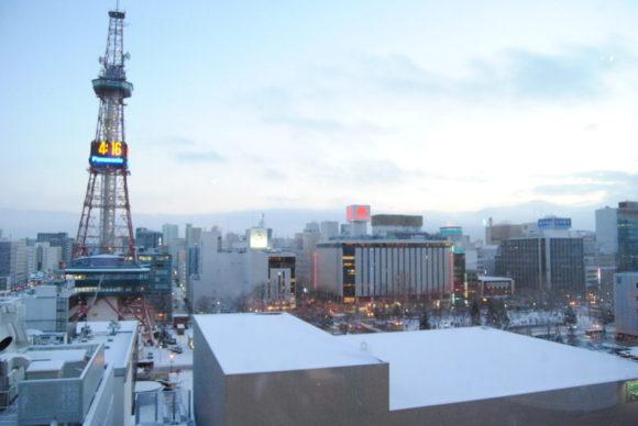 手前には札幌テレビ塔、右側遠方には藻岩山が夕暮れにかすんで見えます。これが札幌の淡く白く霞む夕暮れです。