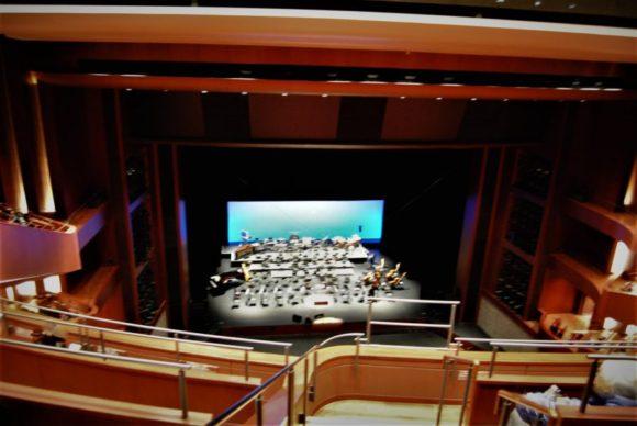 最上階の席。写真では感じないかもしれないですが、結構見下ろす感じ。