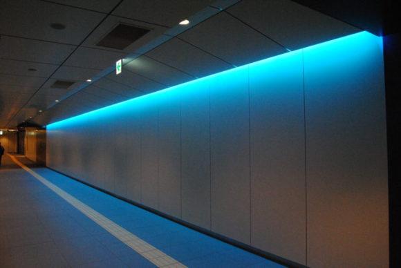 地下の青い歩道が印象的。
