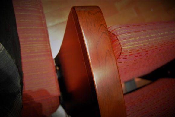 手すりも木製で格調高い。