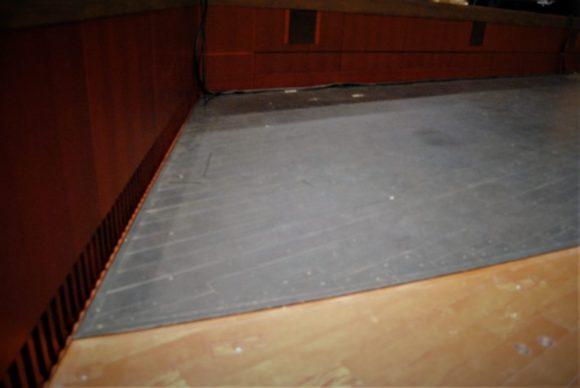 ステージ前のラバー部分。バレエで使うのかな?