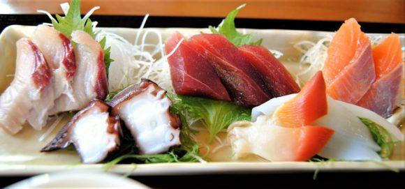 右からイナダ・タコ、マグロ、赤貝、イカ、サーモン。