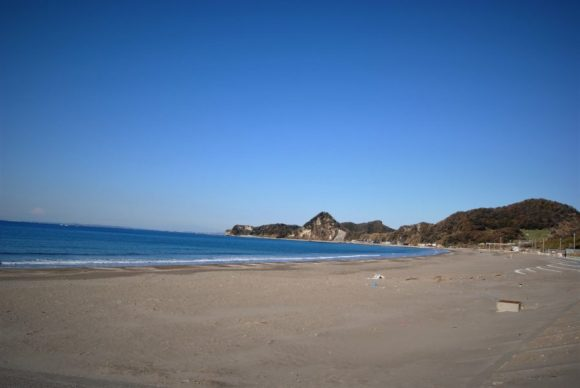 夏は海水浴客でにぎわうであろう砂浜。