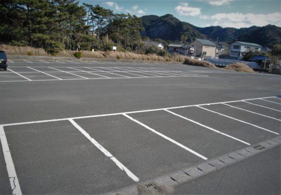 堤防のすぐ近くに駐車場もあります。