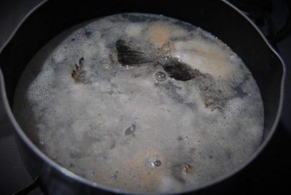 煮るとメバルのいい脂が出てきます。